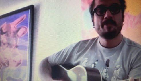 Osvaldo suona e canta per Frey: poi, il messaggio per Firenze e l'Italia (Video)